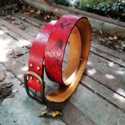 Ceinture cuir à fleur de peau rouge gravées et fabriquées en France dans le Gard.