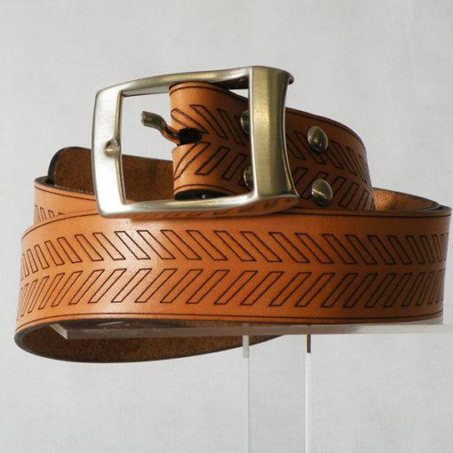 Ceinture Homme en cuir naturel patiné par le soleil au motif tribal gravé de fabrication française