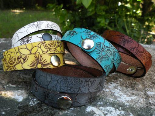 Bracelet femme en cuir peine fleur gravé au motif fleur 2 tours de poignet fabrication artisanale française ,fermoir pression