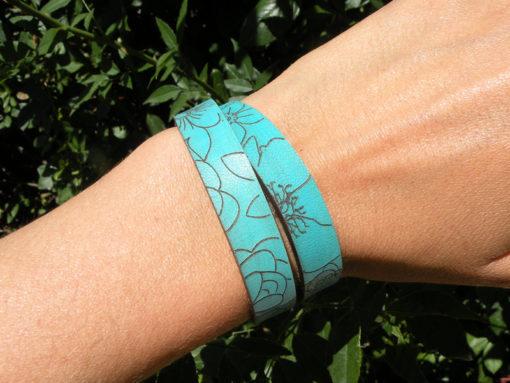 Bracelet femme en cuir bleu lagon peine fleur gravé au motif fleur 2 tours de poignet fabrication artisanale française ,fermoir pression