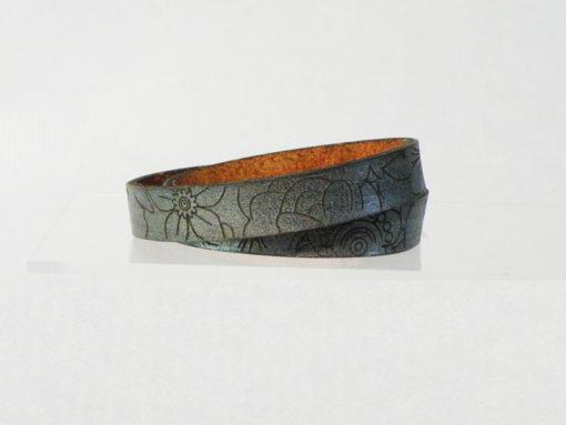 Bracelet femme en cuir couleur argent peine fleur gravé au motif fleur 2 tours de poignet fabrication artisanale française ,fermoir pression