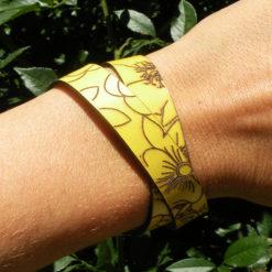 Bracelet femme en cuir jaune peine fleur gravé au motif fleur 2 tours de poignet fabrication artisanale française ,fermoir pression