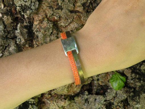 Bracelet bohème chic femme original cuir orange made in France, avec passant argent motif plume