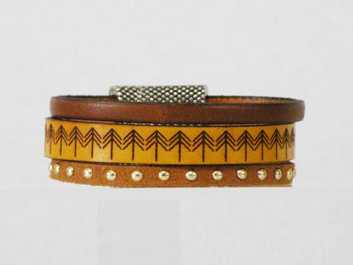 bracelet artisanal femme en cuir jaune et marron gravé ethnique avec fermoir aimanté