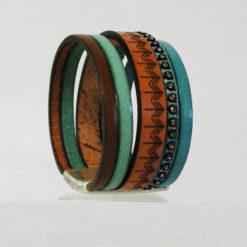 Manchette en cuir gravé bleu lagon et strass ethnique de fabrication artisanale