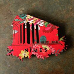 Magnet représentant la Maison Carrée à Nîmes , imprimé gypsy et gravé à la découpe laser.