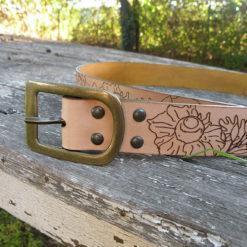 ceinture femme en cuir naturel à fleur de peau , gravée d' une ribambelle de fleur à la découpe laser