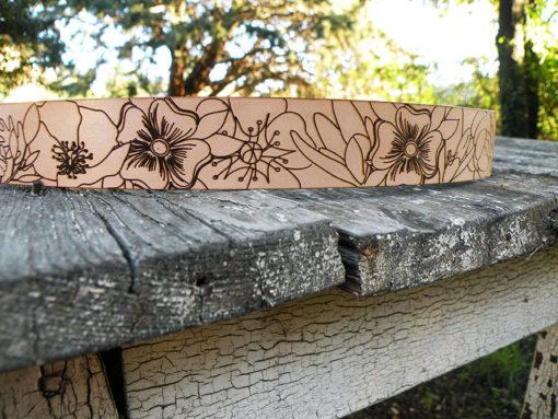ceinture femme en cuir naturel à fleur de peau , gravée d' une ribambelle de fleur de fabrication artisanale made in France