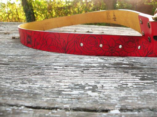 ceinture femme rouge à fleur de peau en cuir gravé made in France de fabrication artisanale
