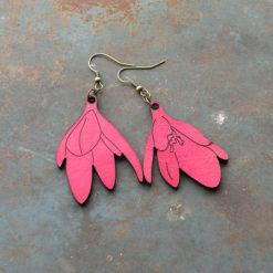 Boucles d' oreilles en cuir coloré Inès s' inspire de la fleur , Elles sont made in France et leurs fabrication est basée sur le zéro déchet.
