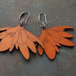 Boucles d' oreilles Linon en cuir teintées de fabrications artisanales et gardoises, et dans l' esprit du zéro déchet.