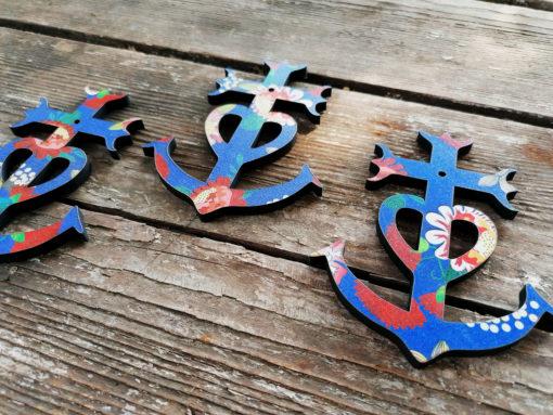 Croix de Camargue Elisa , pratiquement des pièces uniques car elles sont découpées aléatoirement sur le motif . Artisanat familial gardois