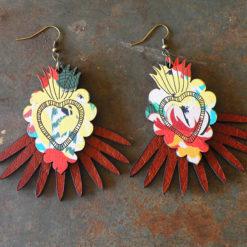 Cette paire de boucles s' inspire des ex-voto et elle est fabriquée artisanalement dans le Gard.