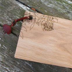 Planche à découper en chêne gravée à la découpe laser motif chardon.