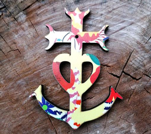 croix de Camargue imprimé coquelicot sur un fond chamarré à la dominance jaune de fabrication artisanale et française