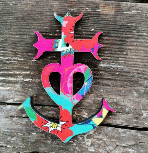 Croix Camarguaise pep' s et colorées revêtu de son habit de lumière qui sens bon la chaleur du sud