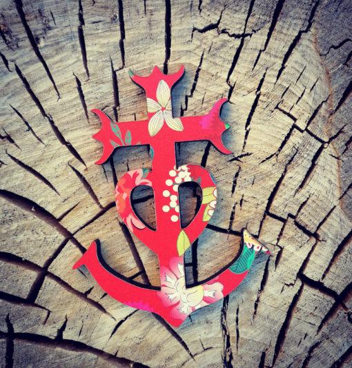 la Croix de Camargue revisitée et rhabillée par les Péquélettes avec des motifs originaux qui sentent bon la chaleur du sud et la fête. fabriquée dans le Gard