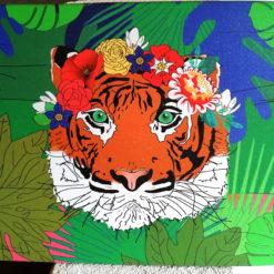 Tableau imprimé portrait de tigre avec une couronne de fleur à la manière de Frida Kahlo. Petite décoration murale kitch, et colorée.