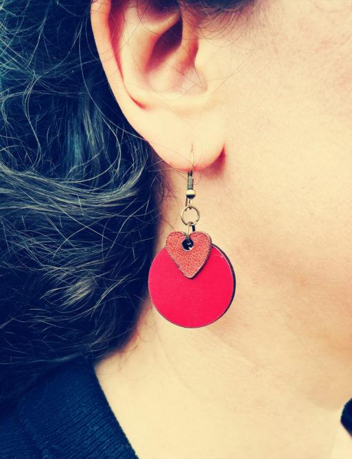 Boucles d' oreilles en cuir rouge et chocolat, de fabrication artisanale et française.